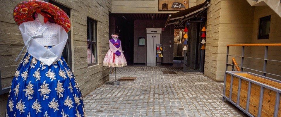Verschillende hanboks in Ssamziegil winkelcentrum Insadong